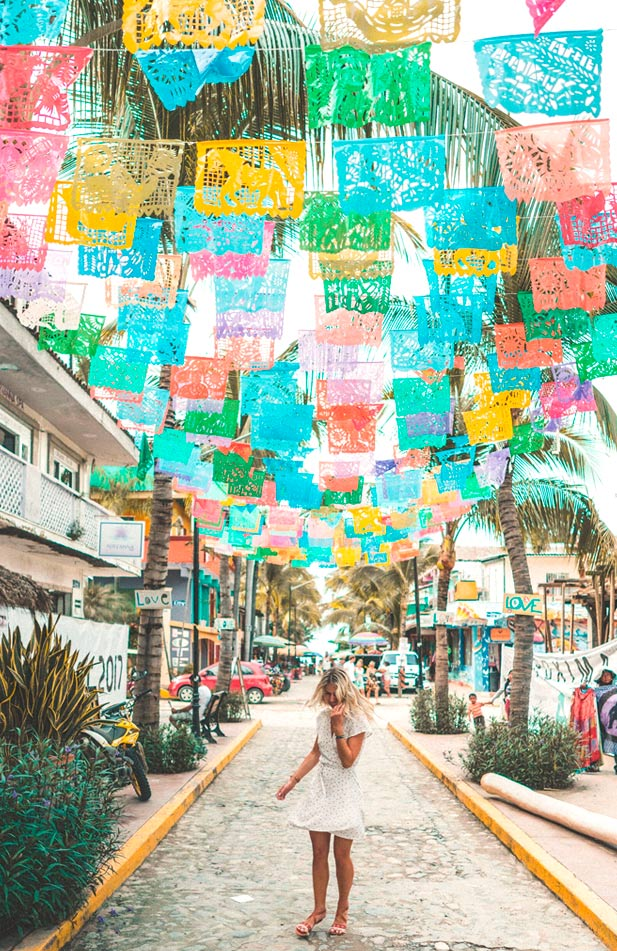 Delfines Street, a place to eat something and shop a cool souvenir