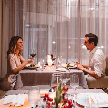 una pareja cena
